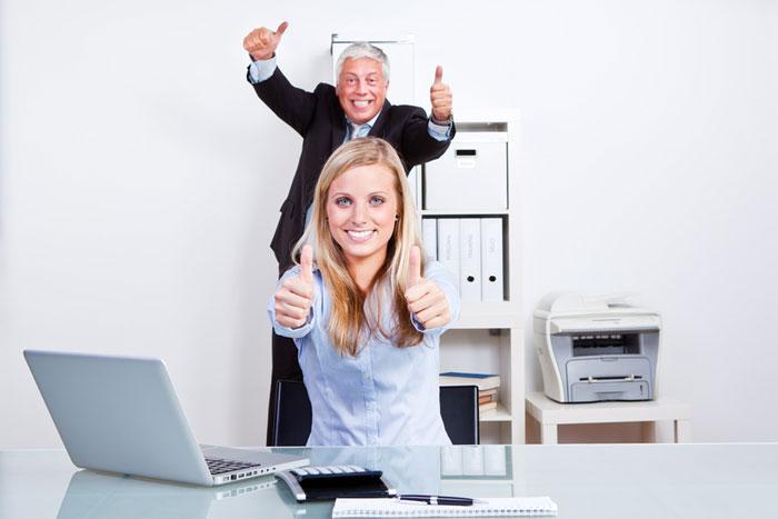 Konzepte erstellen Mitarbeiter mit Fuehrungskraft feiern Erfolg