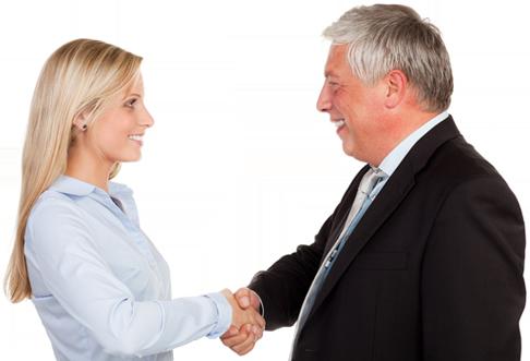Konzepte erstellen Mitarbeiterin und Chef schütteln sich die Hände