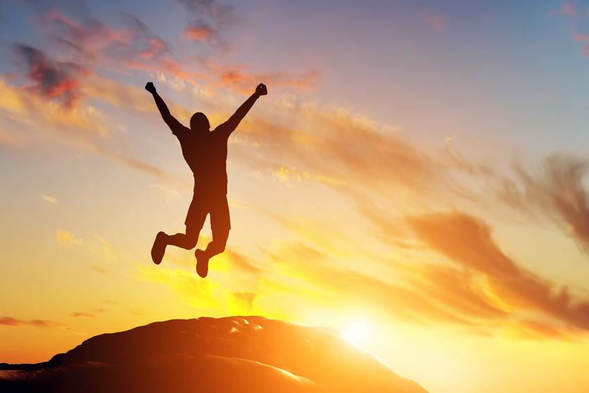 Konzepte erstellen Mann springt vor Freude hoch Erfolg feiern