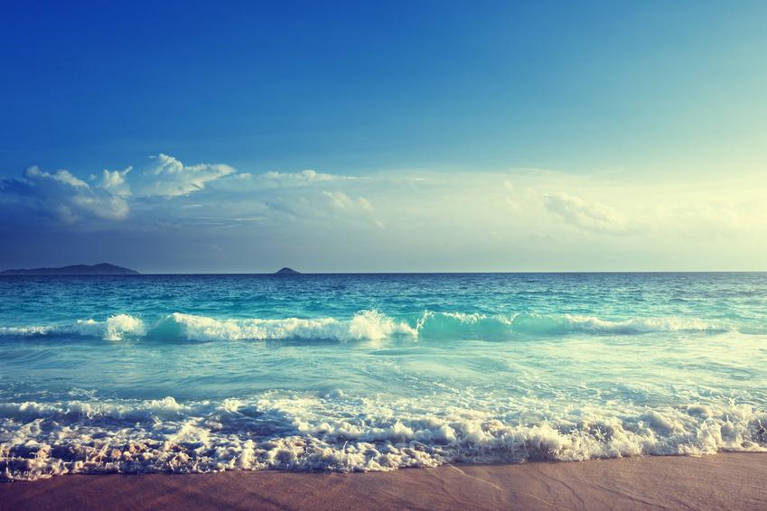 Konzepte erstellen Entspannen Relaxen weißer Strand blauer Himmel Meereswellen
