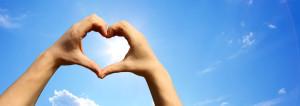 Konzepte erstellen zwei Hände geformt zu einem Herzen vor einem blauen Himmel